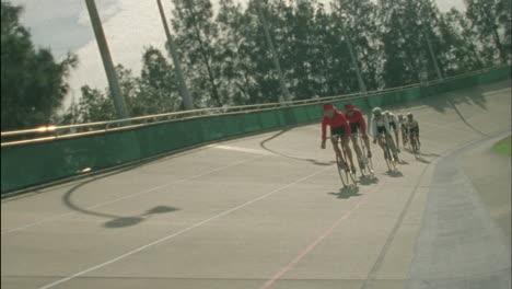 Los-Ciclistas-Corren-Alrededor-De-Una-Pista-Curva