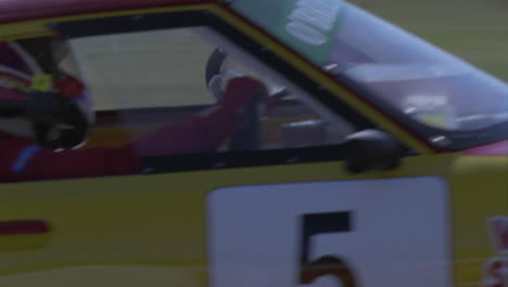 Un-Coche-De-Carreras-Conduce-En-Una-Pista-De-Circuito-5