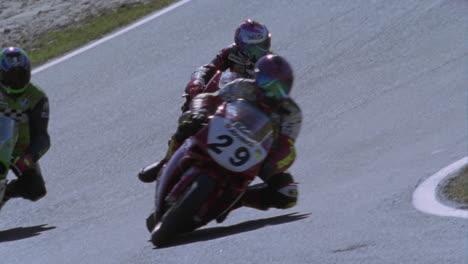 Motociclistas-Corren-Alrededor-De-Una-Pista-1