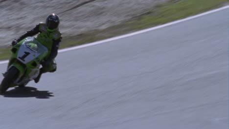 Motorradfahrer-Rasen-Um-Eine-Strecke-Die-Zuschauer-Beobachten