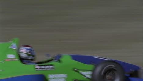 Coche-De-Fórmula-Corriendo-En-Un-Circuito