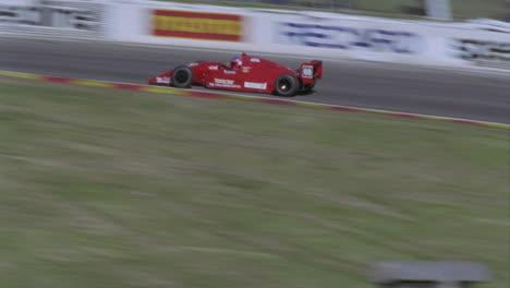 Coches-De-Fórmula-Conduciendo-En-Un-Circuito