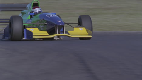Coche-De-Fórmula-Conduce-En-Una-Pista-De-Circuito-1