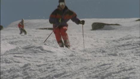 Alpine-skier-running-a-downhill-course