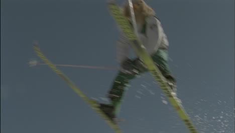 Un-Esquiador-Salta-Desde-El-Borde-De-Una-Cresta-De-Nieve