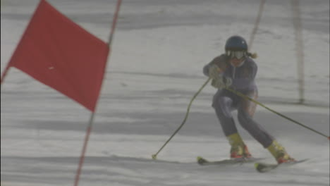 Alpine-skier-running-a-downhill-course-15