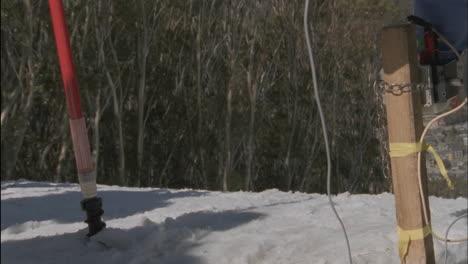 Un-Esquiador-Comienza-Una-Carrera-Cuesta-Abajo