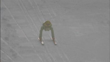 Una-Persona-Está-Siendo-Arrastrada-Por-Una-Colina-Con-Esquís