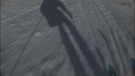 La-Sombra-De-Un-Esquiador-Lo-Precede-Colina-Abajo