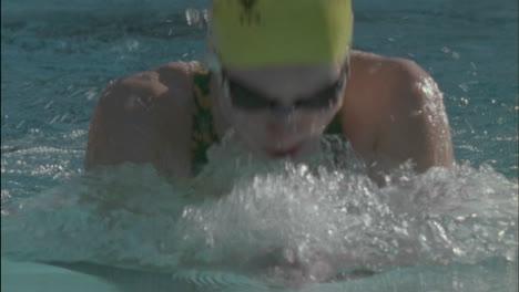 Nadador-Compite-En-Estilo-Braza-En-Una-Piscina