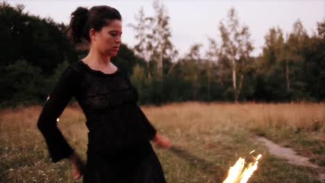 Frau-Tanzt-Mit-Feuer-25