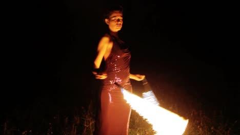 Mujer-Bailando-Con-Fuego-29