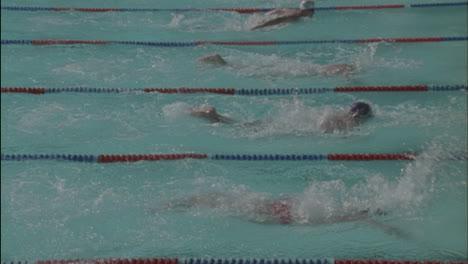 Los-Hombres-Corren-En-Una-Competencia-De-Natación.
