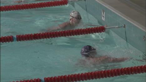 Los-Nadadores-Compiten-En-Estilo-Braza-En-Una-Piscina