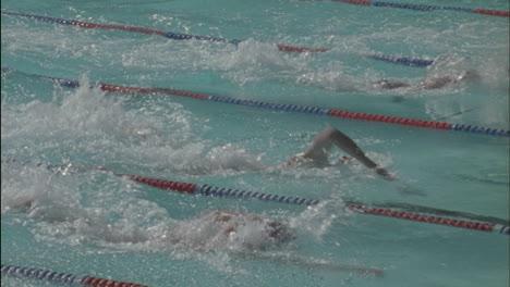 Los-Nadadores-Nadan-Al-Otro-Lado-De-La-Piscina