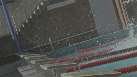 Nadadores-Saltando-En-Una-Piscina