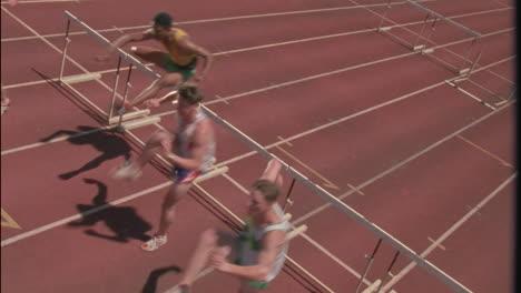Eine-Gruppe-Von-Rennfahrern-Springt-über-Hürden