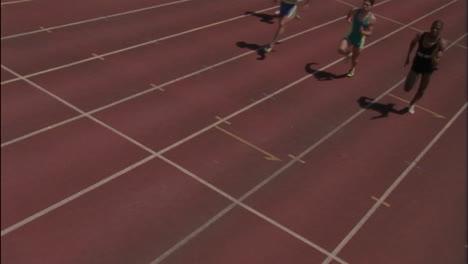 Eine-Gruppe-Von-Leuten-Die-In-Einem-Rennen-Läuft