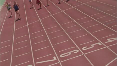 Läufer-Sprinten-Die-Strecke-Hinunter-In-Richtung-Ziellinie