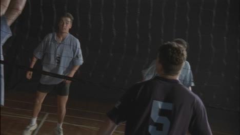 Eine-Gruppe-Von-Männern-Spielt-Volleyball
