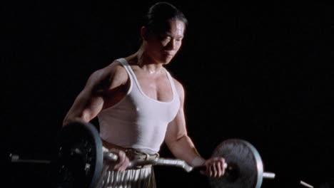 Un-Hombre-Está-Haciendo-Ejercicio-Levantando-Pesas-A-man-is-exercising-by-lifting-barbells