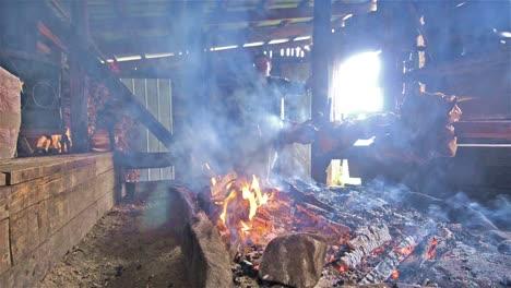 Cocina-Tradicional-Chilena-De-Cordero-En-Termas-Porcelana-En-La-Región-De-La-Patagonia-Norte-En-El-Sur-De-Chile
