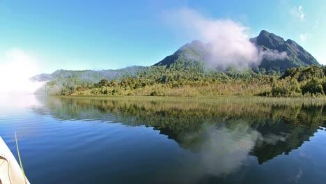 Blick-Von-Einem-Boot-Auf-Den-Caesar-Lake-Im-Parque-Nacional-Corcovado-Während-Des-Fliegenfischens-Im-Süden-Chiles