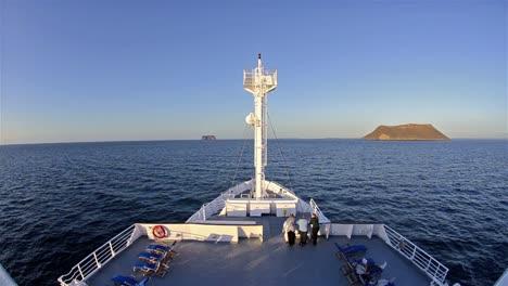 Bug-Des-Nationalen-Geographischen-Unterfangens-Das-Um-Die-Großen-Und-Kleinen-Inseln-Daphne-Auf-Den-Galapagos-Inseln-Segelt
