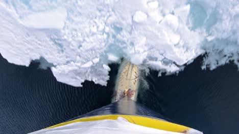 Incline-Hacia-Arriba-El-Punto-De-Vista-De-La-Proa-Bulbosa-De-Un-Barco-Rompehielos-Arando-A-Través-Del-Hielo-Marino-En-El-Estrecho-De-Hinlopen-En-El-Archipiélago-De-Svalbard-Noruega