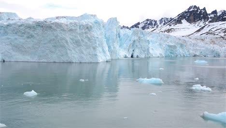 Bewegen-Durch-Den-Monacobreen-Gletscher-Im-Svalbard-archipel-Norwegen