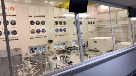 Científicos-Del-Laboratorio-De-Propulsión-A-Chorro-De-La-Nasa-Jpl-Trabajan-En-Condiciones-De-Laboratorio-Controladas-Para-Construir-Y-Probar-El-Mars-Rover-8