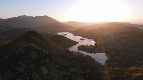 Antena-Sobre-El-Lago-Sherwood-California-Al-Atardecer-En-El-Condado-De-Ventura
