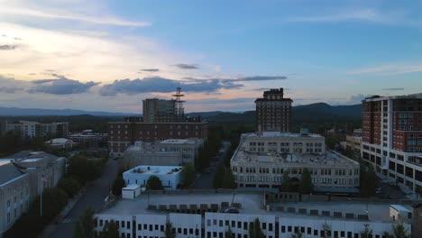Antena-Sobre-El-Centro-De-Asheville-Carolina-Del-Norte-Al-Atardecer