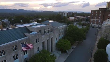 Antena-Sobre-El-Centro-De-Asheville-Carolina-Del-Norte-Al-Anochecer-1