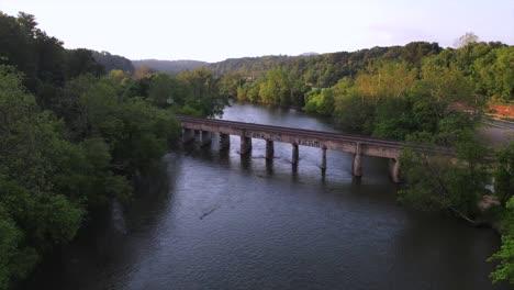 Antena-Sobre-El-Puente-Ferroviario-Sobre-El-Río-Ancho-Francés-Cerca-De-Asheville-Carolina-Del-Norte