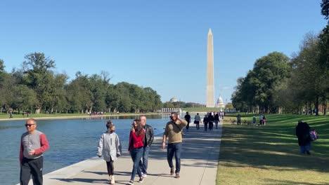La-Gente-Camina-Junto-A-La-Piscina-Reflectante-Del-Lincoln-Memorial-En-Washington-DC