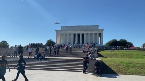 La-Gente-Se-Relaja-En-Los-Escalones-Del-Lincoln-Memorial-En-Washington-D-C-