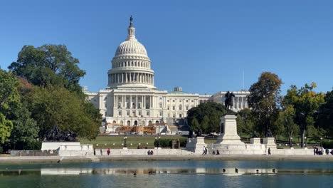 Excelente-Vista-De-La-Piscina-Reflectante-Del-Capitolio-Y-El-Edificio-Del-Capitolio-En-Washington-DC