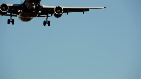 Avión-Volando-En-El-Perímetro-Del-Aeropuerto
