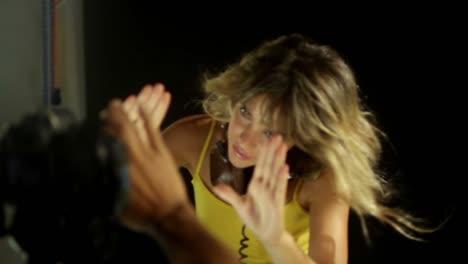 Mujer-Joven-Bailando-En-Estudio-18