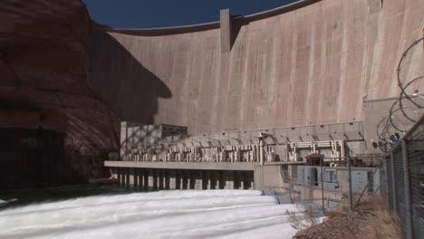 Suministros-De-Agua-De-Emergencia-Se-Liberan-De-La-Presa-Glen-Canyon-2