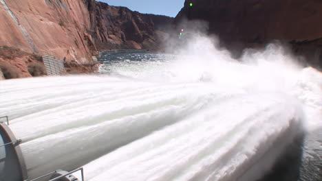 Suministros-De-Agua-De-Emergencia-Se-Liberan-De-La-Presa-Glen-Canyon-3