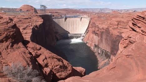 Suministros-De-Agua-De-Emergencia-Se-Liberan-De-La-Presa-Glen-Canyon-7