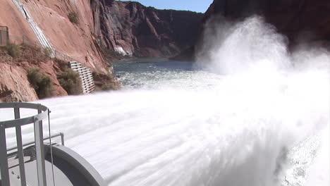 Suministros-De-Agua-De-Emergencia-Se-Liberan-De-La-Presa-Del-Cañón-Glen