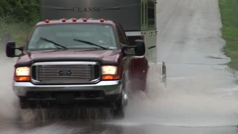 Ein-Fahrer-Ignoriert-Ein-Straßensperrungsschild-Und-Fährt-Durch-Ein-überflutetes-Gebiet-1