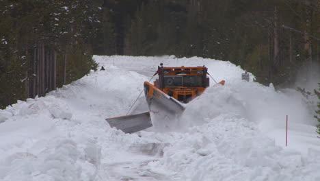Schneepflüge-Räumen-Straßen-Im-Yellowstone-Nationalpark-1