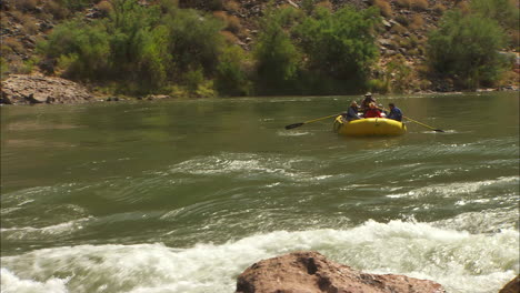 White-Water-Rafters-Navigate-The-Grand-Canyon
