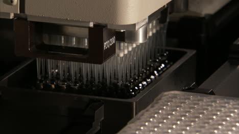 En-El-Centro-De-Secuenciación-Del-Genoma-Del-Gobierno-De-Los-Estados-Unidos-Se-Analiza-El-Adn-En-El-Laboratorio-4