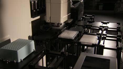 En-El-Centro-De-Secuenciación-Del-Genoma-Del-Gobierno-De-EE-UU-Se-Analiza-El-ADN-En-El-Laboratorio-5