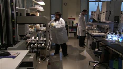 En-El-Centro-De-Secuenciación-Del-Genoma-Del-Gobierno-De-Los-Estados-Unidos-Se-Analiza-El-Adn-En-El-Laboratorio-8